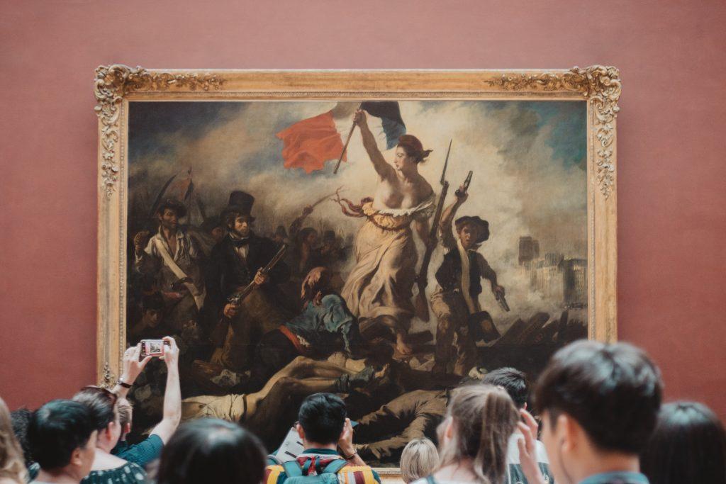 Sobre usos i usuaris culturals. Visitants d'un museu contemplant un quadre